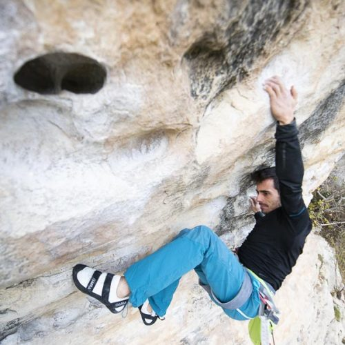 Javi Cano escalando con los pies de gato Garra Sensei